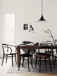 para interior de la caista o sanjavier mesa de madera con top de marmol + tapete y sillas thonet