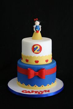 Blue, Yellow & Red Snow White Cake with Red Bow (Caitlyn) Fondant Cakes, Cupcake Cakes, Beautiful Cakes, Amazing Cakes, Snow White Cake, Snow White Birthday, White Cakes, Character Cakes, Disney Cakes