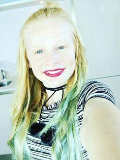 Mia Fizz YouTube intro pic! Love her lipstick and choker!