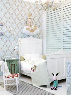 Witte kinderkamer met shutters... wat een leuk behang zeg!