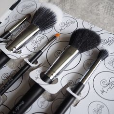 The Flawless 5 set by Powder 'n' Pout includes all of the essentials you need in your make up brush collection, for a weekend away or to bring on the go. Makeup Tools, Makeup Brushes, Holy Chic, Brush Set, Makeup Yourself, Irish, Powder, Make Up, Business