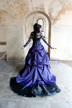 Superbe mariage gothique Purple robe par WeddingDressFantasy