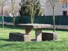 Mesa y bancos de piedra en Tajonar