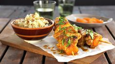 sorafrikanske kyllingspyd High Protein, Chicken Wings, Healthy Recipes, Healthy Food, Low Carb, Meat, Cilantro, Healthy Foods, Healthy Eating Recipes