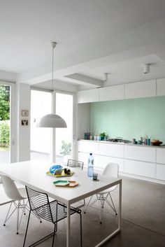 WE white lines en WE gentle green uit We are colour, by BOSS paints Table, Modern Interior, Sweet Home, Interior, New Kitchen, Kitchen, Kitchen Dining, Home Decor, Dining Table