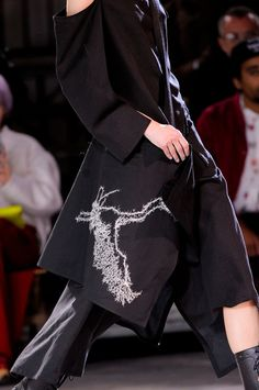 Yohji+Yamamoto+Fall+2013+Details+OirO49dY45Nx.jpg (929×1400)