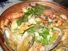 Cataplana de Marisco Portuguese Recipes, Portuguese Food, Tasty, Yummy Food, Recipe For Mom, Paella, Seafood Recipes, Guacamole, Thai Red Curry