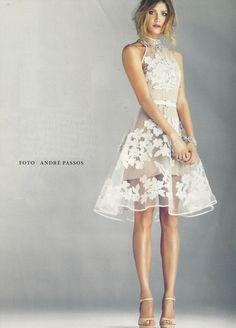 Mais um do meu baú de recortes... Esse vestido é simples e maravilhoso, ideal para ocasiões especiais de dia!