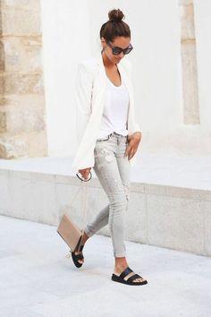 jeans mi long, sac bandouliere en cuir beige, t shirt blanc et veste long blanc