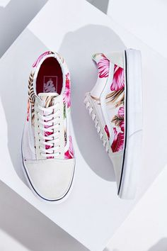 Totally into sneakers right now. Vans Hawaiian Floral Old Skool Sneaker - Urban Outfitters. Vans Sneakers, Tenis Vans, Vans Shoes, Sneakers Style, Sock Shoes, Cute Shoes, Me Too Shoes, Shoe Boots, Dream Shoes