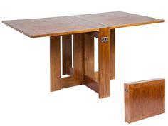 Mesa plegable abatible de madera color nogal. Dispone de asas de metal en sus laterales para su cómodo transporte.