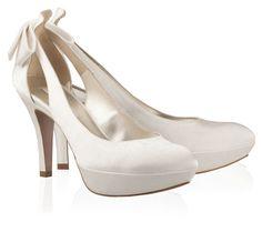 Original diseño de estos zapatos de novia con detalle de lazo en la parte posterior. En Riomar fotógrafos nos gustan por su elegancia. http://riomarfotografosdeboda.com