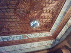 Eski Safranbolu evlerinde akşamları içeride yanan mum yada gaz lambalarının ışığını odaya yayılmasını sağlıyor.