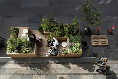 VEGA Landskag - Mikrobyhave, København   Pauseplante. Bylivskassen med spiselige planter er i en måned parkeret midt i Absalonsgade. Nabohuset til galleriet er ved at blive renoveret, så det for tiden faktisk er en byggeplads og ikke en bil, der har måttet afgive en bås for den midlertidige bynaturs skyld. - Foto: Peter Klint