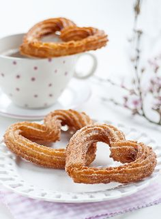 Surprise your loved one with these totally irresistible heart-shaped churros with chocolate sauce. - Surprise your loved one with these totally irresistible heart-shaped churros with chocolate sauce. Churros, Cake Recipes, Dessert Recipes, Fish Recipes, Chocolate Roll, Romantic Meals, Valentines Day Treats, Food To Make, Sweet Tooth