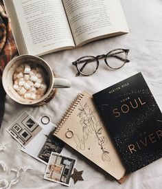 warm socks and warm drinks - Bücher Cozy Aesthetic, Autumn Aesthetic, Fred Instagram, Instagram Feed, Disney Instagram, Flat Lay Photography, Book Photography, Quotes Literature, Flatlay Instagram