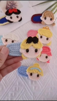 Crochet Hair Clips, Crochet Mask, Crochet Hair Styles, Diy Crochet, Crochet Crafts, Crochet Projects, Baby Booties Free Pattern, Crochet Baby Hat Patterns, Crochet Baby Clothes