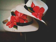 Sombreros pintados a mano Painted Hats, Hand Painted, Fascinator Hairstyles, Fabric Painting, Beret, Caps Hats, Mosaic, Crafty, Embroidery