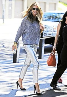 Elle Macpherson wears a pair of metallic silver pants as she heads to lunch. Elle Macpherson, Metallic Trousers, Metallic Leather, Look Fashion, Womens Fashion, Fashion Photo, Silver Jeans, Silver Leggings, Fall Trends