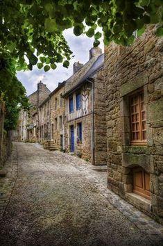 Bretagne : Moncontour, plus beau village de France Paris Travel, France Travel, Places To Travel, Places To See, Places Around The World, Around The Worlds, Belle France, Brittany France, Beaux Villages