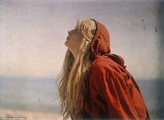 Le immagini eteree sono state scattate sulla spiaggia di Lulworth Cove, Dorset, quando Malcolm era 42