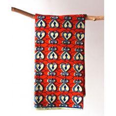 Tissu en coton à coeurs blanc et bleu sur fond rouge Découvrez notre gamme de tissus wax africain 100% coton en largeur 120cm à 7,50€ le mètre. Ces tissus sont disponibles au magasin de Bruxelles et sur notre shop online : http://shop.chienvert.com/fr/694-wax-africain