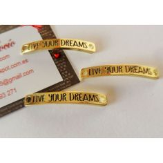 "Chapa ""Live your dreams"" en color dorado"