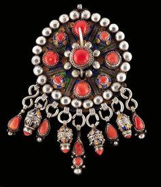 Africa | Silver, coral and enamel Tabzimt Fibula. Algeria, Grand Kabylie region of Beni Yeni | 500 € ~ sold