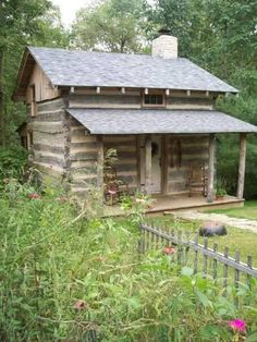 Cozy little cabin Small Log Cabin, Little Cabin, Tiny House Cabin, Log Cabin Homes, Cozy Cabin, Old Cabins, Cabins And Cottages, Cabins In The Woods, Rustic Cabins
