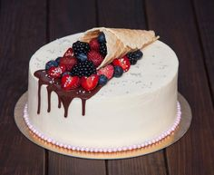 V letní den - letní dort. Z vafle kužele jako roh hojnosti a nalil bobule. A na…