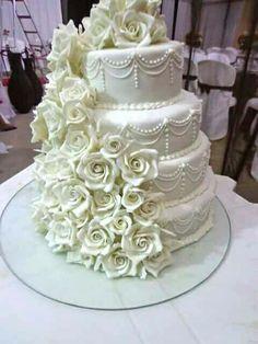Bolo de 4 andares decorado com uma cascata de rosas brancas e detalhes com a releitura da técnica de lambeth