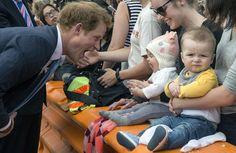 Príncipe #Harry brinca com bebê em Christchurch; ele está em viagem de uma semana à #NovaZelândia. Foto Iain McGregor/AFP.