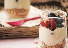 Yogur griego con frutos rojos y muesli