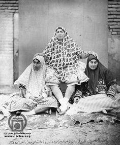 تاجالدوله در کنار دو زن از اهالي اندرون شاهي