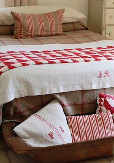 Frog Goes to Market,  I want to make a red and white quilt like this for my room