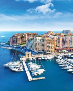 Bienvenue à Monaco ! Il y a deux ports en Principauté : le port Hercule le plus connu avec souvent en arrière plan la vue sur le quartier de Monte-Carlo et son casino et le port de Fontvieille situé lui de l'autre côté du Rocher. Seagnature est à seulement 5 mn à pied. Toute la partie visible sur la photo a été construite sur la mer au début des années 70. Une nouvelle avancée sur la mer va débuter en 2017 du côté du Larvotto. Monaco est à l'étroit sur ses 2 km. Le seul moyen de s'agrandir…
