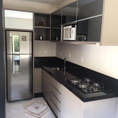 Cozinha em L: 70 modelos funcionais para incorporar no seu projeto Small Apartment Patio, Kitchen Design Small, Kitchen Modular, Kitchen Room Design, Kitchen Interior, Interior Design Kitchen, Kitchen Layout, Kitchen Furniture Design, Modern Kitchen Design