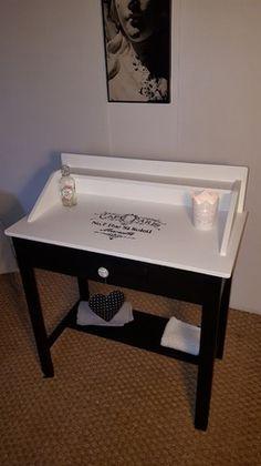 Table de toilette ancienne avec plateau en marbre, datant du début du XXème siècle, très bien conservée.  Restaurée avec une résine couleur «blanc meringue » pour la p - 19162973