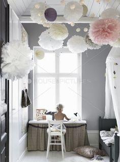tiulowe białe i różowe pompony w pokoju dziecięcym,kule i pompony jako dekoracja pokoju dziecięcego - Lovingit.pl