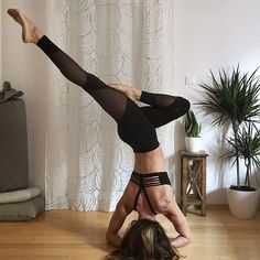 For the last day of #yogischool is #headstand I did it with a little twist It was so fun and I've met some amazing yogis love you all thanks to amazing hosts @thegivingmom @freckled_yogi @northcarolina_yogagirl @nayitavp and sponsors @aloyoga @solandselene