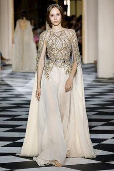 Fall 2018 Haute Couture: Zuhair Murad Dreams of Saint Petersburg — CoutureNotebook Runway Fashion, Fashion Show, Fashion Outfits, Women's Fashion, Pretty Outfits, Pretty Dresses, Prom Dress Couture, Star Wars Outfits, Glamour