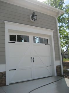 A garage or parking lot is often overlooked in the process of building a house. Though the garage is one important aspect in a house. Do not have a car, but do not have a place to park so it should be parked in front of the house. Door Makeover, Garage Door Design, Garage Door Hardware, Door Design, Window Trim Exterior, Garage Decor, Garage Exterior, Garage Door Colors, Windows Exterior
