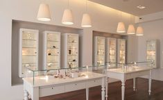 ► 12 DIY Display Cases Ideas Which Make Your Stuff More Presentable vitrines de bijoux uniques Jewelry Store Displays, Jewellery Shop Design, Jewellery Showroom, Jewellery Storage, Jewellery Display, Jewelry Stores, Jewelry Shop, Jewelry Holder, Boutique Jewelry Display