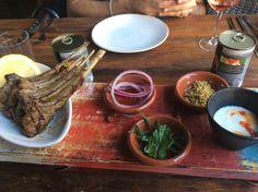 Costeletas de cordeiro Grelhada servidas com picles de cebolas roxa, nozes tostadas, ervas frescas & iogurte cítrico. http://saldeflor.com.br/