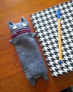 För ett bra tag sen hittade jag en bild på Pinterest  som var så himla fin, det var ett pennskrin som var som en katt med dragkedjan som mu...