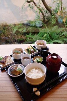 ランチメニューは、「OKUのおばんざい」2800円の一種類。新しい日本料理の楽しみ方ができるお店です。