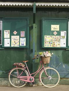 Apple Box Boutique Inc.: Pretty in Pink Market-goer Bike (styling by Selina Lake) Love the Summer feel of this scene. Velo Retro, Velo Vintage, Vintage Bicycles, Vintage Tea, Vintage Pink, Photo Velo, Location Camping Car, Apple Boxes, Pink Bike