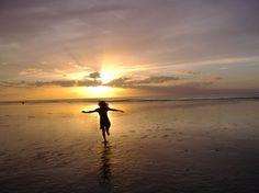 Danse du coucher de soleil.Dans l'euphorie de l'été, un samedi soir à Pourville-sur-Mer en Haute-Normandie