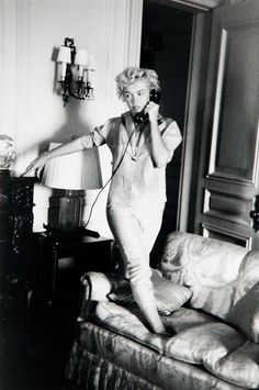 Marilyn Monroe on the Phone 📞 at the St Regis Hotel in New York, Photo by Milton Greene. Marilyn Monroe, Joe Dimaggio, Hotel A New York, New York City, Grace Kelly, Milton Greene, Norma Jeane, Vintage Hollywood, Hollywood Glamour