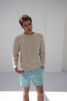 S beige cable sweater, mint shorts. Fashion Night, Fashion Week, Mens Fashion, Fashion Menswear, Street Fashion, Mint Shorts, Summer Shorts, Moda Men, Sweater And Shorts